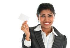 印地安女实业家显示一张空白的名片 免版税库存图片