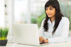 印地安女实业家计算机 免版税库存图片