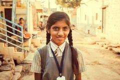 印地安女小学生获得室外的乐趣在小亚洲村庄 免版税库存照片