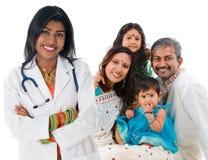 印地安女性医生和患者家庭。 库存图片