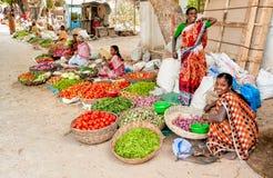 印地安妇女卖菜在Puttaparthi街市上  免版税库存照片
