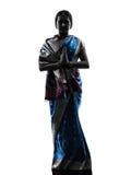 印地安妇女向致敬的祈祷的剪影 免版税库存照片