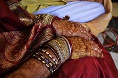 印地安妇女用手绘与无刺指甲花 免版税库存图片