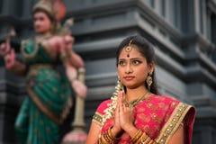 年轻印地安妇女祈祷 免版税库存图片