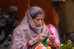 印地安妇女编织的羊毛 库存照片