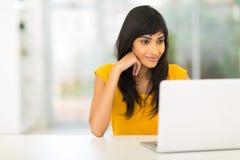 印地安妇女膝上型计算机 免版税库存照片