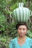 印地安妇女画象有水壶的在头 图库摄影