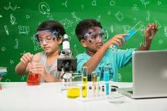 印地安孩子和科学 库存图片