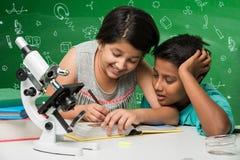 印地安孩子和科学 免版税库存照片