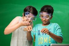 印地安孩子和科学 免版税库存图片
