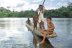 印地安孩子在科科河的独木舟航行 库存图片