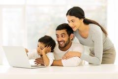 印地安家庭膝上型计算机 免版税库存图片