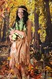 印地安少女运载的玉米 图库摄影