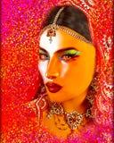 印地安或亚裔妇女的面孔,关闭抽象数字式艺术与五颜六色的面纱 油漆作用和发光的光是adde 免版税库存照片