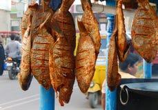 印地安摊贩出售炸鱼食物 库存图片