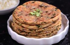 印地安早餐包括的parantha和凝乳 免版税库存图片