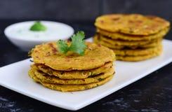 印地安早餐包括的parantha和凝乳 免版税图库摄影