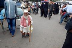 印地安有残障的人寻找的帮助 库存照片