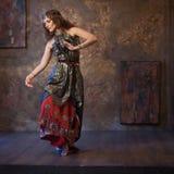 印地安服装的跳舞的俏丽的妇女在织地不很细背景 库存照片