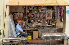印地安杂志商店店主沿一点印度的在新加坡 免版税库存照片