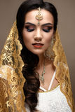 印地安样式的美丽的女孩与在她的头的一条围巾 与创造性和明亮的构成的模型 免版税库存照片