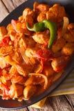 印地安烹调:鸡在板材的Jalfrezi特写镜头 垂直 免版税库存图片