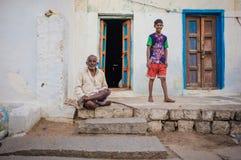 印地安父亲和儿子 图库摄影