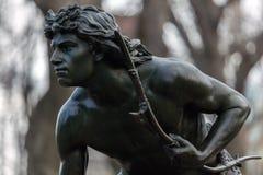印地安猎人雕塑 免版税库存照片