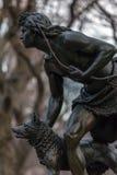 印地安猎人雕塑 库存照片