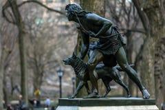 印地安猎人雕塑 库存图片
