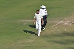 印地安玩板球者计数他的步的Ajit Agarkar 免版税图库摄影