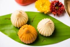 印地安甜食物在ganesh节日或ganesh chaturthi称modak明确地准备 免版税库存图片