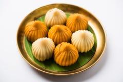 印地安甜食物在ganesh节日或ganesh chaturthi称modak明确地准备 免版税图库摄影