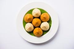 印地安甜食物在ganesh节日或ganesh chaturthi称modak明确地准备 图库摄影