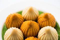 印地安甜食物在ganesh节日或ganesh chaturthi称modak明确地准备 库存图片