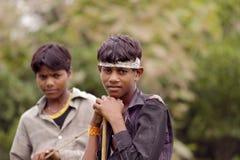 印地安男孩在村庄 免版税图库摄影