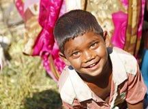印地安男孩微笑和看照相机 免版税图库摄影