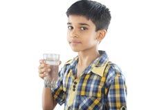 印地安男孩饮用水 免版税库存照片