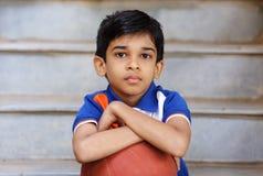 印地安男孩画象有篮球的 免版税库存图片