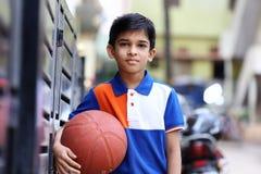 印地安男孩画象有篮球的 免版税图库摄影