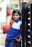 印地安男孩画象有篮球的 免版税库存照片
