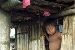 印地安男孩画象竹子恶劣的小屋的  库存图片