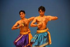 印地安男性古典舞蹈表现 免版税库存照片