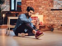 印地安男性在屋子里 免版税库存照片