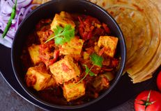 印地安素食膳食Kadai Paneer和lachcha paratha 免版税库存图片