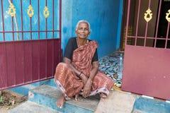 印地安老资深可怜的妇女的画象有莎丽服的 库存图片