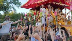 印地安节日,用花装饰的运输车的人在手上给素食食物穷,男性投掷香蕉 股票视频