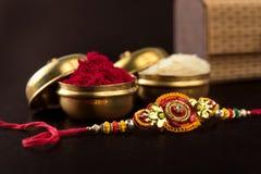 印地安节日:Raksha Bandhan 是爱的标志在兄弟和姐妹之间的传统印地安袖口 免版税库存照片