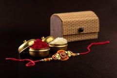 印地安节日:Raksha Bandhan 是爱的标志在兄弟和姐妹之间的传统印地安袖口 免版税图库摄影