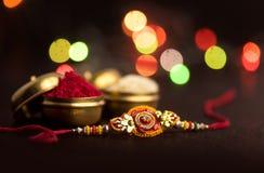 印地安节日:Raksha Bandhan 是爱的标志在兄弟和姐妹之间的传统印地安袖口 库存图片